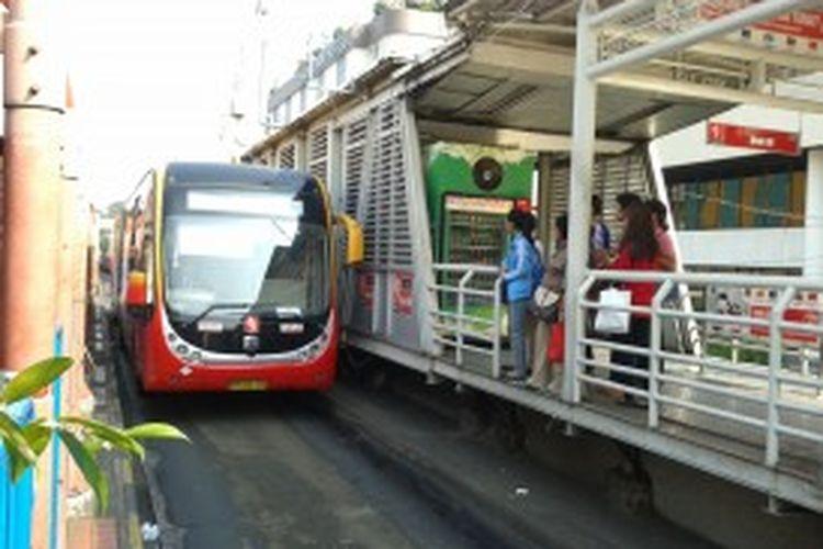 Sejumlah warga yang hendak naik bus Transjakarta di Terminal Blok M, Jakarta Selatan, Rabu (26/6/2013). Terkait kenaikan harga BBM bersubsidi, Pemerintah Provinsi DKI Jakarta berencana akan menaikan tarif layanan bus berjalur khusus ini dari Rp 3500 menjadi Rp 5000