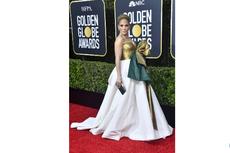 Hadir di Golden Globe Awards 2020, J.Lo Tampil Glamor Mirip Kado Natal