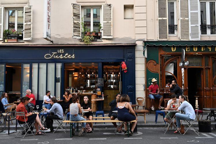 Pelanggan makan dan minum di teras cafe, di Paris, Perancis, 2 Juni 2020. Restoran dan cafe mulai buka setelah Perancis melonggarkan kebijakan lockdown di negaranya.