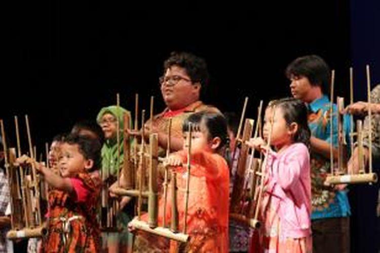 Ensembel angklung yang terdiri atas anak-anak Indonesia memainkan lagu Twinkle-Twinkle Little Star dalam Auckland Indonesia Festival 2015 di Raye Freedman Arts Centre, Auckland, Selandia Baru, Sabtu (28/3).