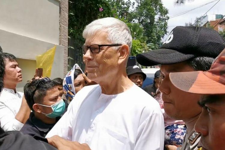 Ayah dari Ashraf Sinclair tiba di rumah duka di kawasan Pejaten Barat, Jakarta Selatan, Selasa (18/2/2020).