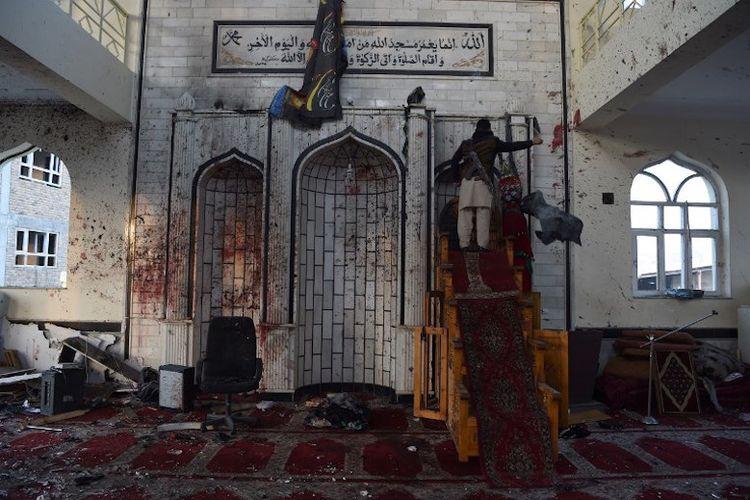 Seorang warga Afghanistan sedang memeriksa masjid Imam Zaman yang dijadikan sasaran serangan bom bunuh diri di Kabul, Jumat (21/10/2017).