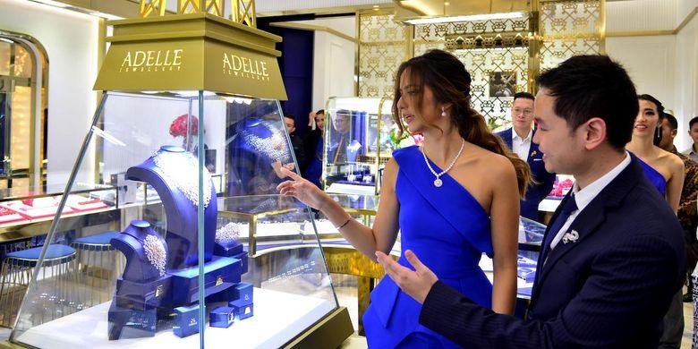 Aktris Nia Ramadhani bersama CEO Adelle Jewelly, Michael Surya, dalam pembukaan toko Adelle Jewellry di Plaza Indonesia, Jumat (16/8/2019).