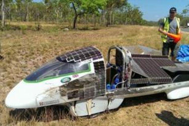 Mobil listrik milik Universitas Cambridge mengalami kerusakan saat diuji coba menjelang reli mobil listrik Darwin-Adelaide yang akan dimulai Minggu (6/10/2013).