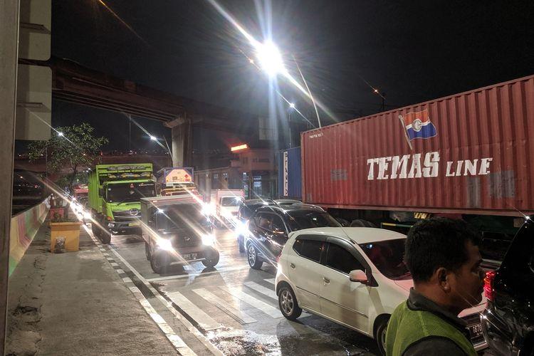 Jalan RE Martadinata lumpuh akibat kenakaran di samping Stasiun Ancol, Jakarta Utara pada Kamis (26/9/2019) malam.