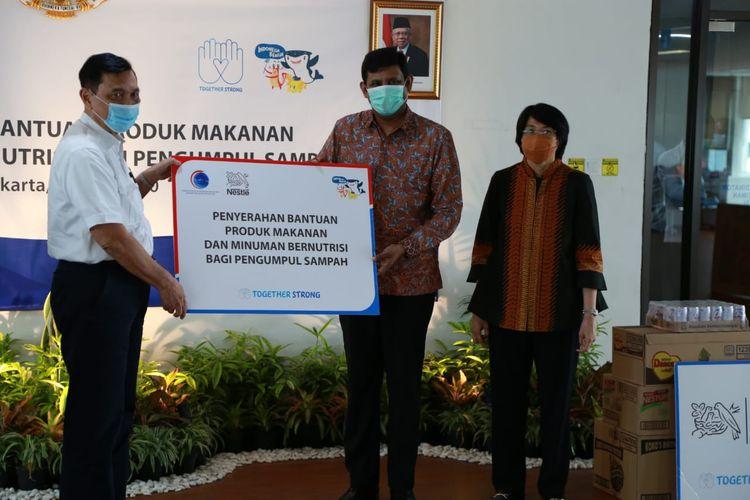 Serah terima bantuan secara simbolis oleh Presiden Direktur Nestle kepada Menko Marves. (Dok. Nestle)