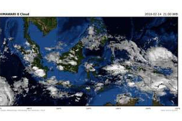 Citra satelit di atas wilayah Indonesia yang menunjukkan pertumbuhan awan pada Minggu (14/2/2016) pukul 21.00 WIB.