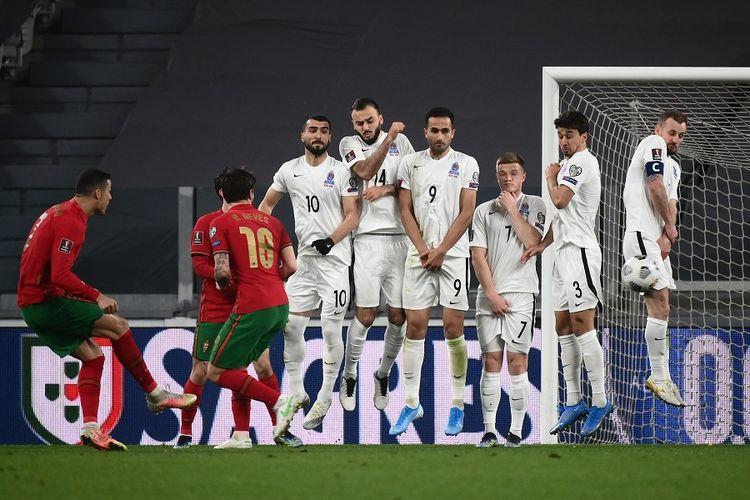 Penyerang Portugal Cristiano Ronaldo (kiri) melakukan tendangan bebas dalam pertandingan Kualifikasi Piala Dunia 2022 Qatar antara Portugal vs Azerbaijan pada 24 Maret 2021 di Stadion Juventus.