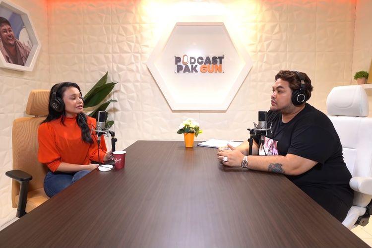 Penyanyi Rossa (kiri) berbincang dengan sahabatnya, desainer Ivan Gunawan.