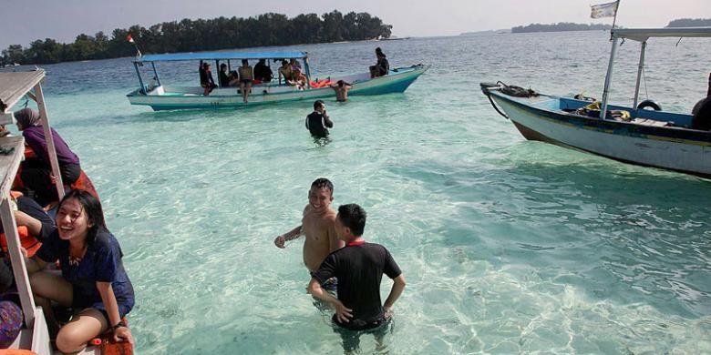 Para wisatawan antusias ber-snorkeling di Gusung Pulau Perak, Kelurahan Pulau Harapan, Kecamatan Kepulauan Seribu Utara, Kabupaten Kepulauan Seribu, Sabtu (24/1/2015). Snorkeling, susur pulau, dan menikmati keindahan matahari terbenam merupakan paket wisata yang dinikmati wisatawan yang berkunjung ke pulau ini.