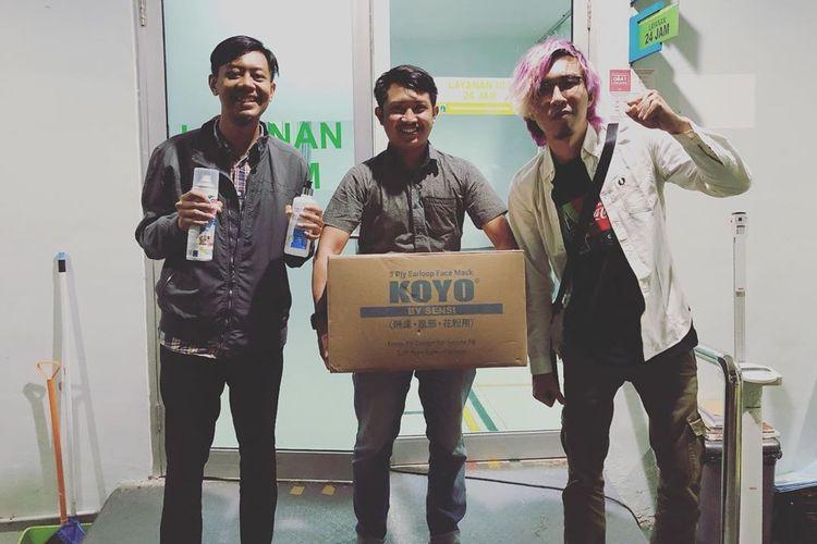 Dr. Tirta ketika menyerahkan donasi masker serta kebutuhan medis lainnya untuk Puskesmas Sawah Besar.