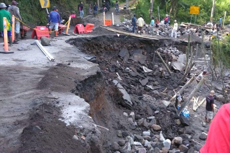 Kondisi ruas jalan akses utama Malang menuju Kediri di Lebaksari, Kecamatan Pujon, Kabupaten Malang yang putus akibat tergerus air. (Foto: HandOut)
