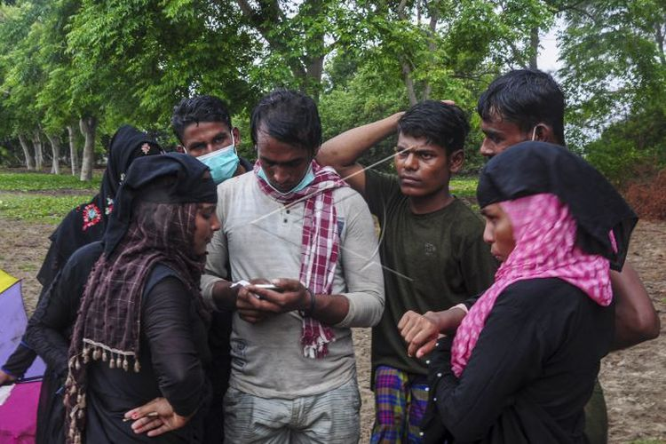 A number of Rohingya ethnic immigrants are in the coastal area of Kuala Simpang Ulim, Simpang Ulim, East Aceh, Aceh, Friday, June 4.  A total of 81 ethnic Rohingya immigrants were stranded in the Kuala Simpang Ulim area at 7 am local time.