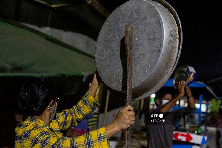 Masyarakat membuat suara gaduh dari panci dan klakson mobil, bunyinya bergema di kota terbesar Myanmar, Yangon.