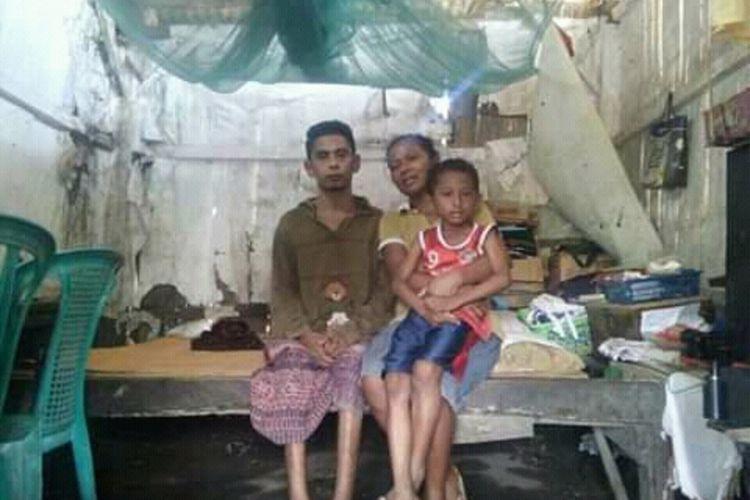 Foto :Firmus Du (36), seorang pria asalLio Buto, Desa Detuwulu, Kecamatan Maurole, Kabupaten Ende, NTT terbaring di atas kursi roda dan tenda tidur saat diwawancara Kompas.com, Kamis (27/2/2020).