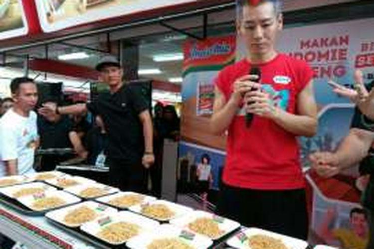 Takeru Kobayashi pemegang tujuh rekor kontes makan dunia.