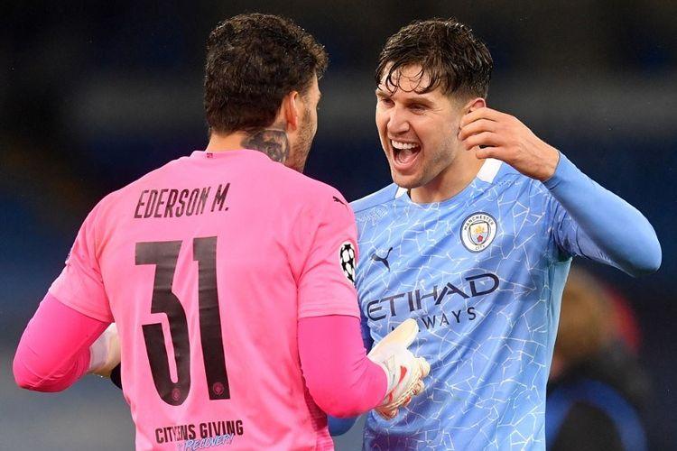 Kiper Manchester City, Ederson, dan bek John Stones merayakan keberhasilan Man City lolos ke final Liga Champions setelah kemenangan 2-0 pada laga leg kedua semifinal kontra Paris Saint-Germain (4-1 agregat) di Stadion Etihad, Rabu (5/5/2021) dini hari WIB.