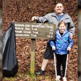 Marc Newland dan putrinya memunguti sampah di Pegunungan Great Smoky. (Facebook/Marc Newland)
