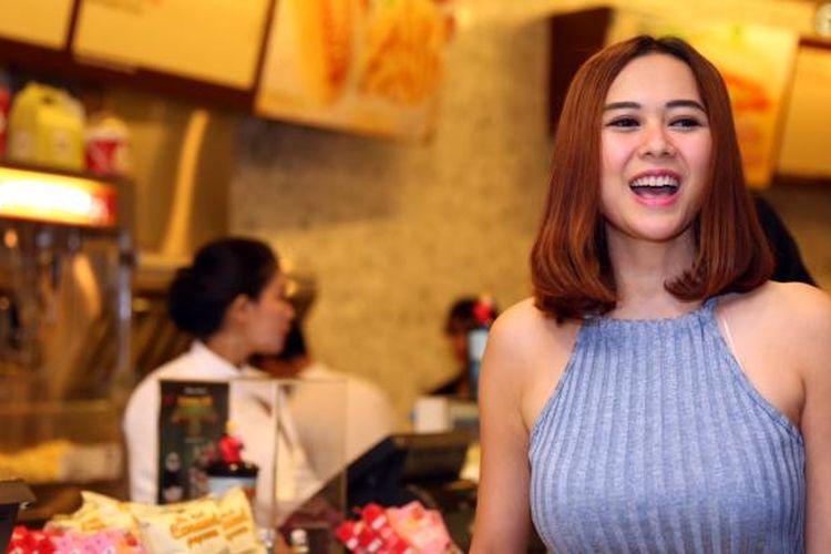 Aura Kasih hadir dalam gala premier film Romansa Gending Cinta di Tanah Turki, di XXI Epicentrum, Kuningan, Jakarta Selatan, Senin (7/3/2016).
