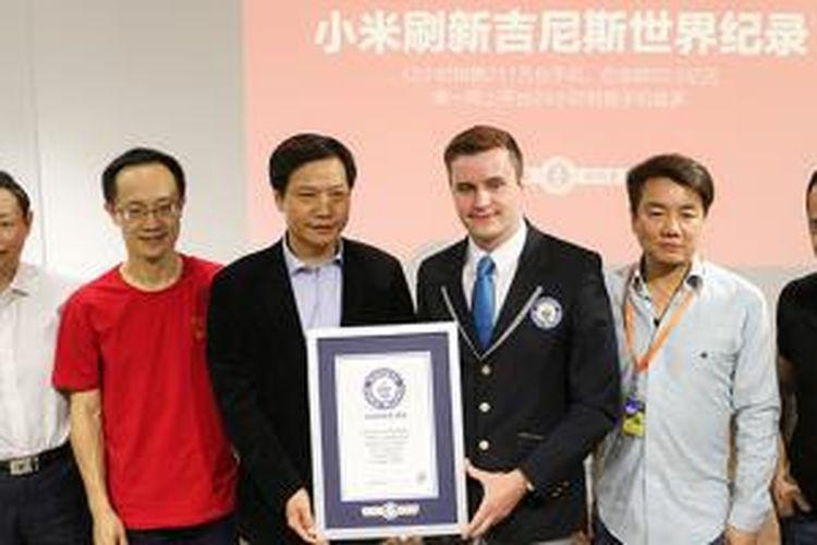 Piagam Guinness World Record yang diterima oleh CEO Xiaomi, Lei Jun.