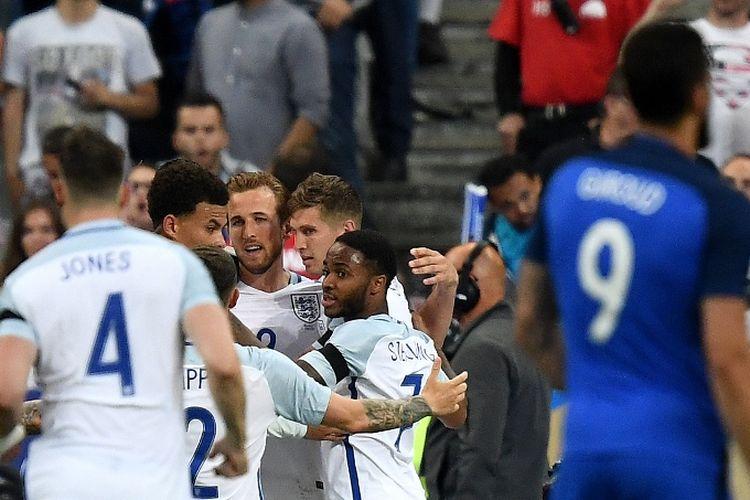 Pennyerang tim nasional Inggris, Harry Kane (tengah), berselebrasi dengan rekan setim seusai mencetak gol dari titik penalti dalam laga persahabatan melawan Perancis di The Stade de France Stadium, Saint-Denis, pada 13 Juni 2017.