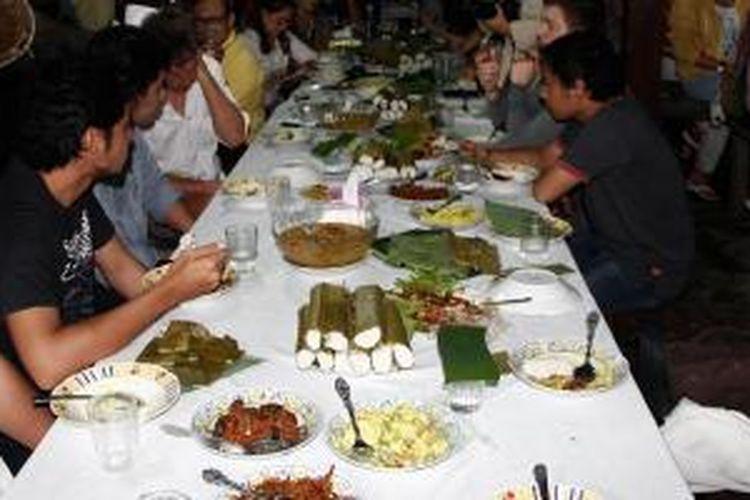 Acara Horom Sasadu yakni makan bersama di rumah adat di Desa Wisata Gamtala, Halmahera Barat, Maluku Utara, Jumat (30/5/2014) malam.
