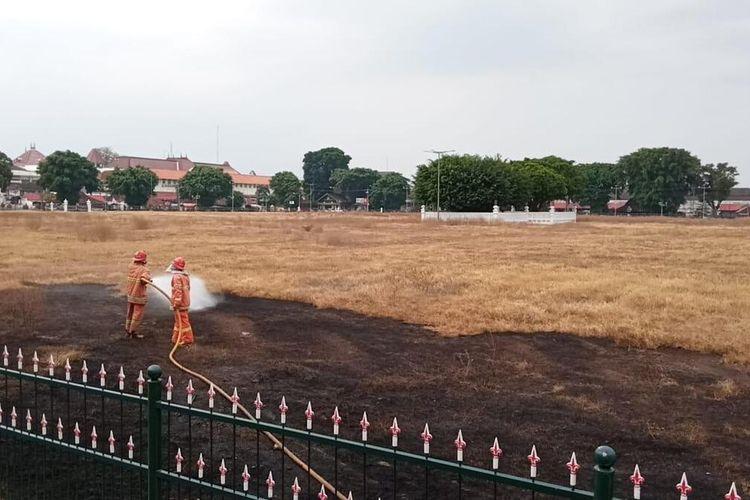 petugas saat memadamkan si jago merah di Alun-alun utara, Kota Yogyakarta Selasa (25/5/2021)