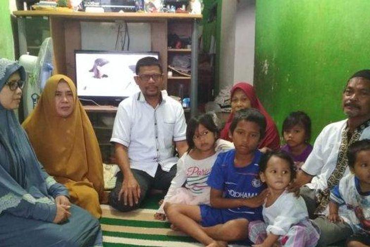 Ratusan masyarakat hingga kepolisian berbondong-bondong mendatangi rumah duka yang terletak di RT 20, kelurahan Sepinggan Raya Kecamatan Balikpapan Selatan.