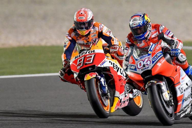Marc Marquez (Repsol Honda/kiri) dan Andrea Dovizioso (Ducati) berebut posisi pertama pada seri pertama MotoGP 2018 di Sirkuit Losail, Qatar, Minggu (18/3/2018).