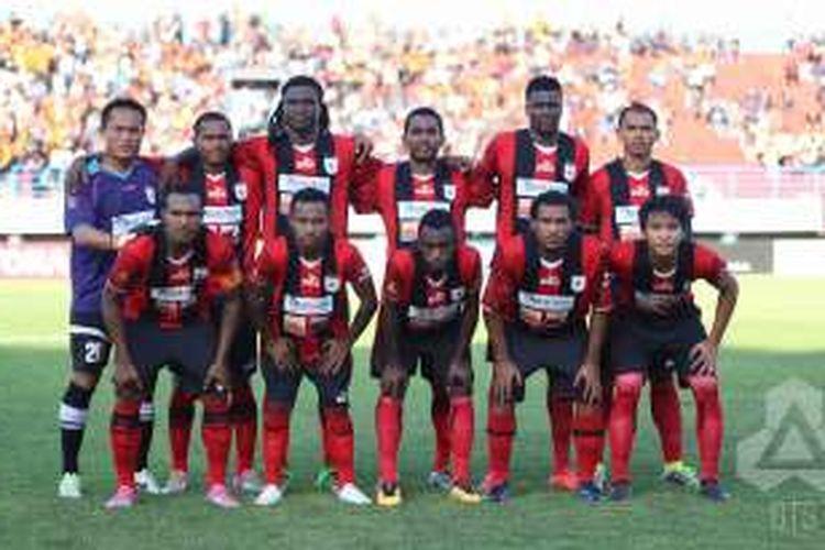 Para pemain Persipura Jayapura berfoto sebelum laga kontra Pusamania Borneo pada lanjutan TSC di Stadion Mandala, Jayapura, Kamis (21/7/2016).