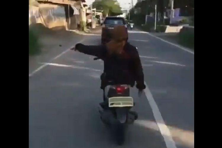 Gerakan tangan saat naik motor