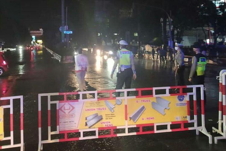Salah satu perbatasan atau pintu masuk Kota Banjarmasin dari arah Kabupaten Banjar diblokir petugas menggunakan pagar besi, Sabtu (25/4/2020) malam. Meski begitu masih banyak warga yang berhasil masuk ke dalam Kota Banjarmasin.