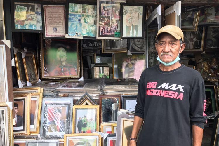 Doni BK (59), pemilik toko poster Bung Karno yang disebut sebagai gelandangan yang ditemui Menteri Sosial Tri Rismaharini. Toko poster Bung Karno tersebut berlokasi di Jalan Minangkabau, Pasar Manggis, Setiabudi, Jakarta Selatan.