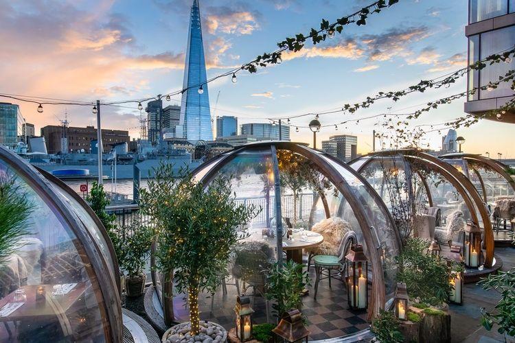 Suasana Coppa Club dengan pemandangan indah Tower Bridge, London, Inggris.
