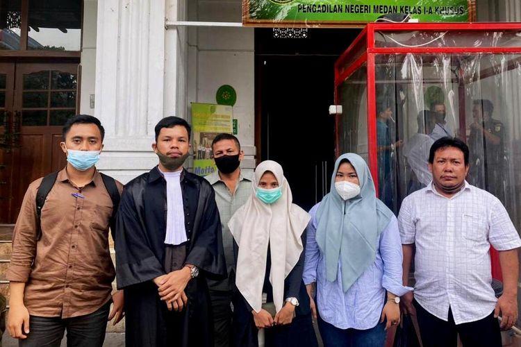 Sukma dan Okta bersama penasihat hukumnya usai divonis bebas di PN Medan(Handout)