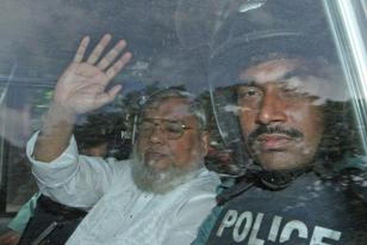Ali Ahsan Mohammad Mujahid (65), tokoh senior partai Jamaat-e-Islami, melambaikan tangan dari dalam mobil yang membawanya dari penjara menuju ke pengadilan di ibu kota Dhaka. Mujahid akhirnya dijatuhi hukuman mati karena dianggap terbukti melakukan kejahatan perang dalam perang kemerdekaan Banglades 1971.