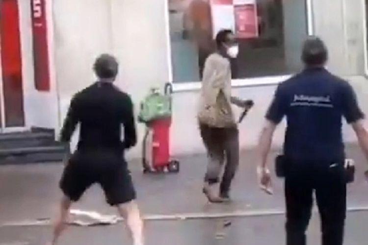 Potongan gambar yang diambil dari Twitter memperlihatkan pelaku penikaman di Bavaria, Jerman, bersenjatakan sebilah pisau besar sembari disudutkan warga sekitar. Aksinya menewaskan tiga orang dan melukai 15 orang lainnya.