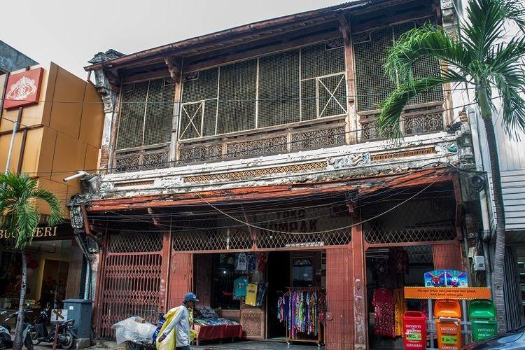 Sebelum berubah menjadi Toko Kompak, bangunan tersebut memiliki nama Sin Siong Bouw dan pernah dijadikan tempat tinggal oleh Mayor Tio Tek Ho, Pasar Baru, Jakarta, Sabtu (11/1/2020).