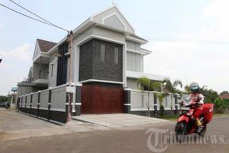 Warga melintas di depan rumah pribadi milik Ketua Mahkamah Konstitusi (MK) nonaktif, Akil Mochtar di Jalan Karya Baru, Kelurahan Parit Tokaya, Kecamatan Pontianak Selatan, Kota Pontianak, Kalimantan Barat, Selasa (8/10/2013).