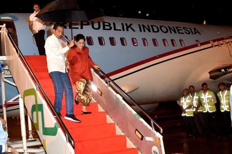 Presiden Joko Widodo dan Ibu Negara Iriana saat tiba di Bandar Udara Sultan Thaha Kota Jambi, Sabtu (15/12/2018) malam.
