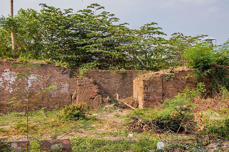 Benteng Sri Menganti dan gerbang sisi utara Keraton Kartasura yang kini sudah ditutup.