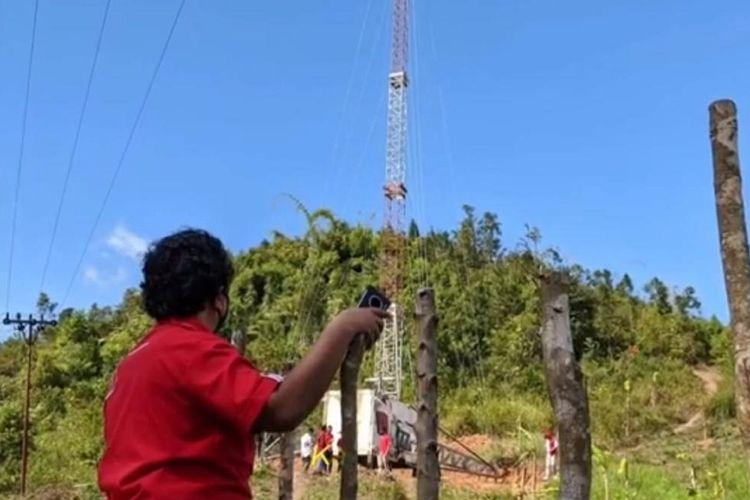 Infrastruktur Compact Mobile BTS (COMBAT) di Desa Pasiah Laweh, Sumatera Barat. Inisiatif tersebut memudahkan masyarakat dalam menikmati akses jaringan broadband.