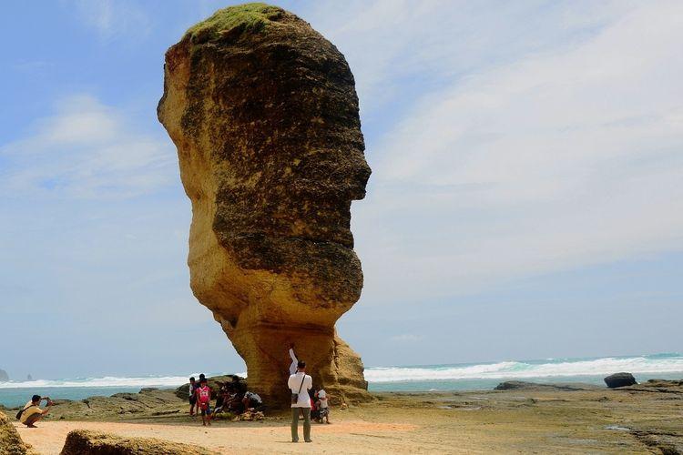 Batu Payung yang tidak jauh dari pantai Tanjung Aan, Kabupaten Lombok Tengah, NTB, saat belum ambruk.