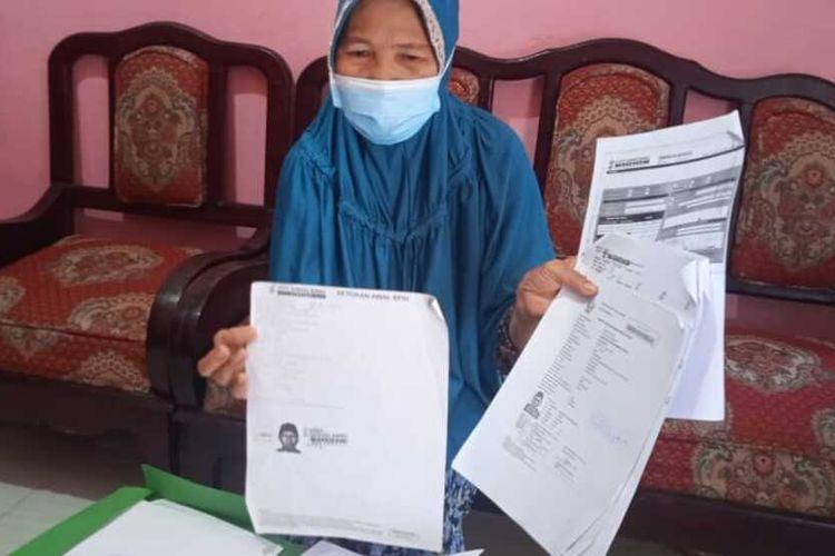 Nurdjannah Muhammad Saman (60) Calon Jemaah Haji (CJH) asal Palembang, Sumatera Selatan menunjukkan nomor kursi keberangkatannya ke tanah suci Mekkah.