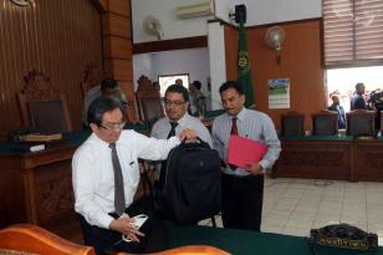 Tim kuasa hukum Komjen Pol Budi Gunawan hendak menjalani sidang perdana praperadilan penetapan Budi Gunawan sebagai tersangka pemilik rekening mencurigakan oleh KPK di Pengadilan Negeri Jakarta Selatan, Senin (2/2/2015). Sidang tersebut ditunda sampai minggu depan karena ketidakhadiran pihak tergugat.