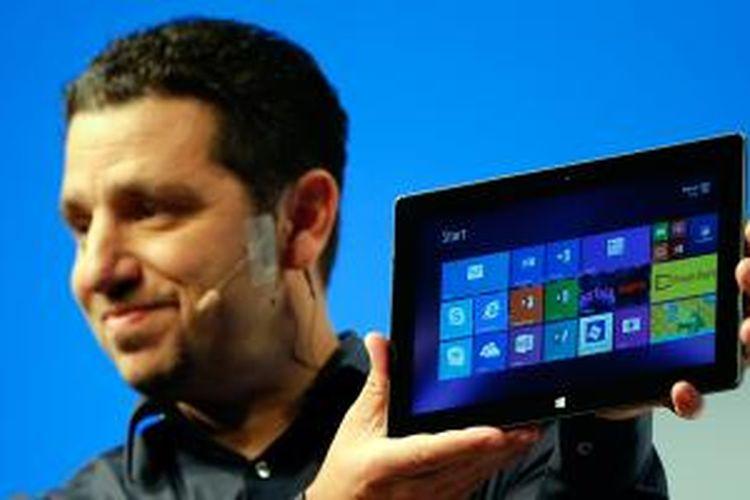 Corporate Vice President Microsoft, Panos Panay memperkenalkan tablet Surface Pro 3 pada Selasa (20/5/2014) di New York