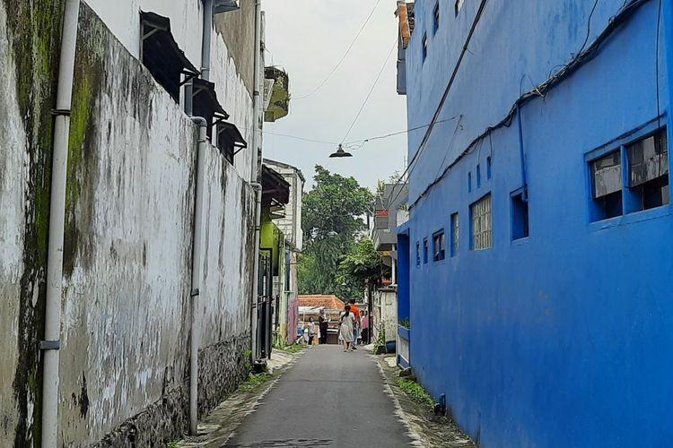 Sejumlah warga di Kecamatan Dau, Kabupaten Malang lari keluar rumah saat merasakan gempa, Sabtu (10/4/2021).