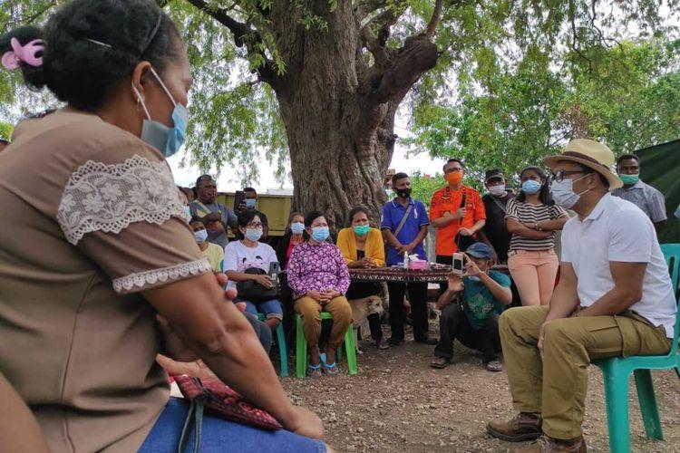 Gubernur Jawa Barat Ridwan Kamil saat bertemu dengan warga Kota Kupang yang rumahnya rusak berat akibat terdampak Badai Seroja