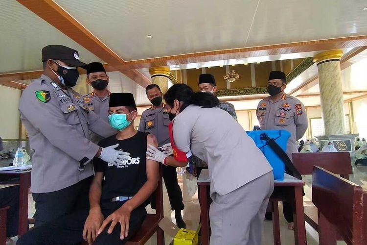 Vaksinasi Covid-19 di Ponpes Hidayatussalikin Pasir Padi, Pangkalpinang, Kepulauan Bangka Belitung, Kamis (22/7/2021).
