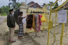 Pakaian Bekas untuk Warga Terdampak Covid-19, Dipajang di Depan Rumah, Siapa Saja Boleh Ambil